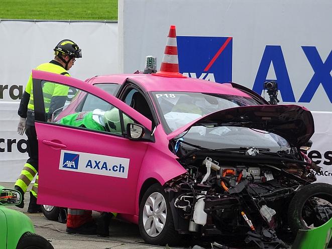 Pilon auf dem Dach des E-Autos warnt vor Hochspannung (Bild: Schmidt-Kasparek)