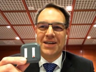 Jörg Rheinländer mit Telematikbox (Bild: Screenshot Schmidt-Kasparek)